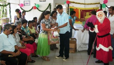 Vice President handing over the hampers